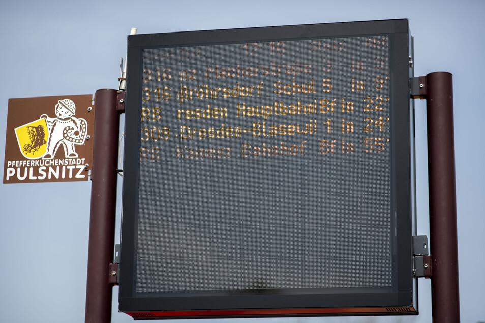Die neue Anzeigetafel in Pulsnitz am Busplatz informiert in Echtzeit.