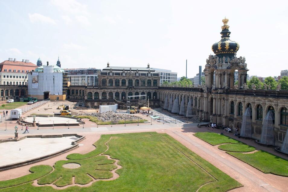 Ein Bauzaun umgibt im Zwingerhof neben dem Kronentor (r) den Porzellanpavillon (M) sowie den Glockenspielpavillon (l).
