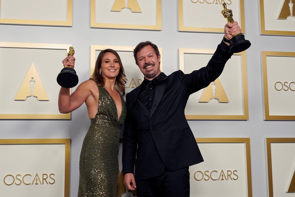 Pippa Ehrlich und James Reed mit dem Oscar für den besten Dokumentarfilm für «My Octopus Teacher».
