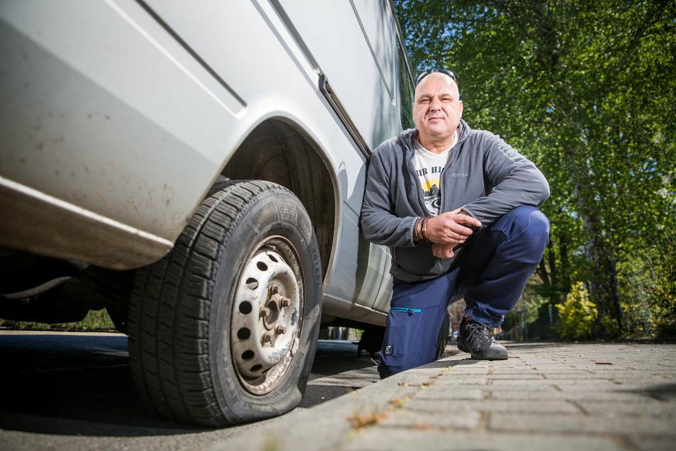 Immer wieder macht sich am Transporter von Falk Altmann ein Unbekannter zu schaffen, fünf Reifen hat er bislang zerstochen. Altmann ist verzweifelt.