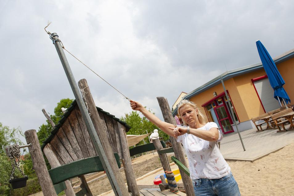 Die Kleinsten vermissen ihr Sonnensegel. Kita-Leiterin Karla Böhme zeigt den Verlust an.