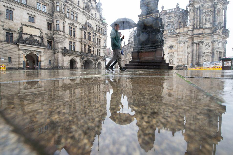 Nieselregen auf dem Schlossplatz. Was Urlauber ärgern wird, ist ein Segen für die trockenheitsgeplagte Natur.