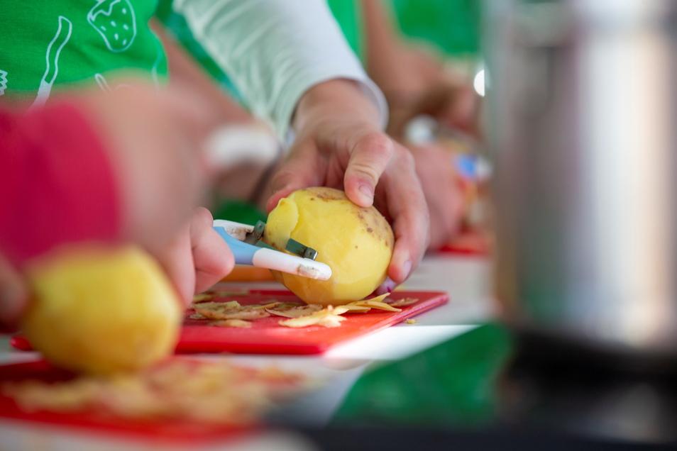 Die Schüler der Grundschule Mohorn konnten unter der Anleitung von Martin Schneider in einem Kochbus das Kochen mit der Kartoffel erlernen.