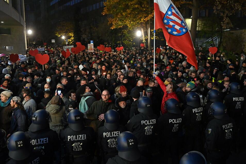 Die Polizei sperrte den Weg von Gegnern der Corona-Politik am 21. November in Leipzig in der Innenstadt ab.