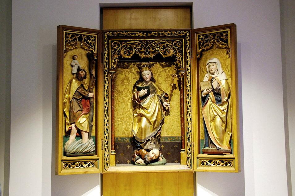 Innenteil des gotischen Flügelaltars in St. Mariä Himmelfahrt: links Christophorus, im Mittelteil die Hl. Katharina von Alexandria und rechts eine (noch) unbekannte Heilige.