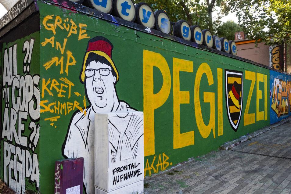 """Der """"Hutbürger"""" wurde an """"Katys Garage"""" in der Dresdner Neustadt als Graffiti verewigt."""