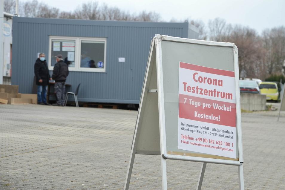 Der Aufsteller im Gewerbegebiet verweist auf die Corona-Schnelltests in Markersdorf.