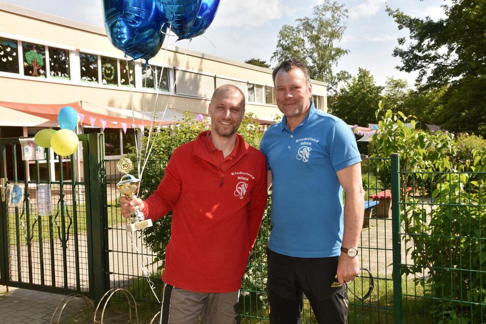 Oliver Zblewski (li.) feierte am Dienstag sein zehntes Firmenjubiläum beim Kinderland Böhm. Geschäftsführer Stefan Böhm hatte eine kleine Überraschung parat.