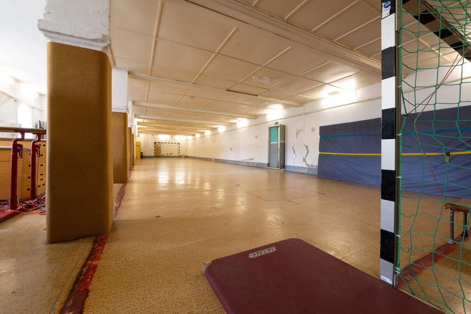 Die Turnhalle befindet sich im ehemaligen Internatsgebäude. Hier standen früher Pferde in ihren Stallungen, nun absolvieren hier 28 Jugendliche ihren Sportunterricht.