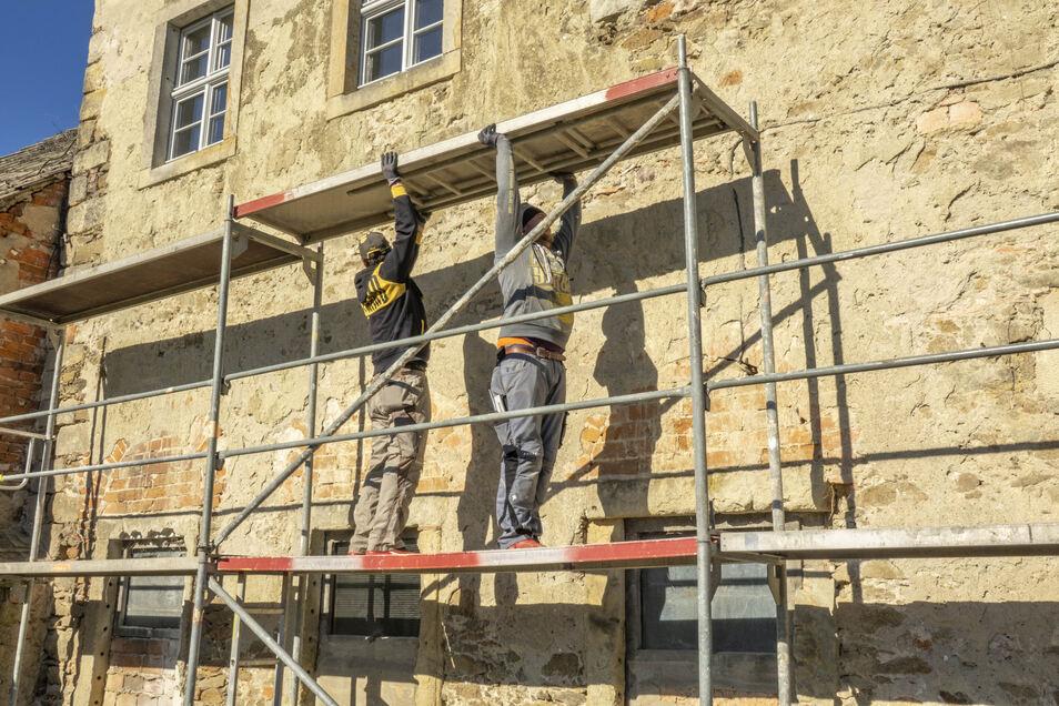 Das Gerüst vor dem östlichen Torhaus wird aufgebaut.