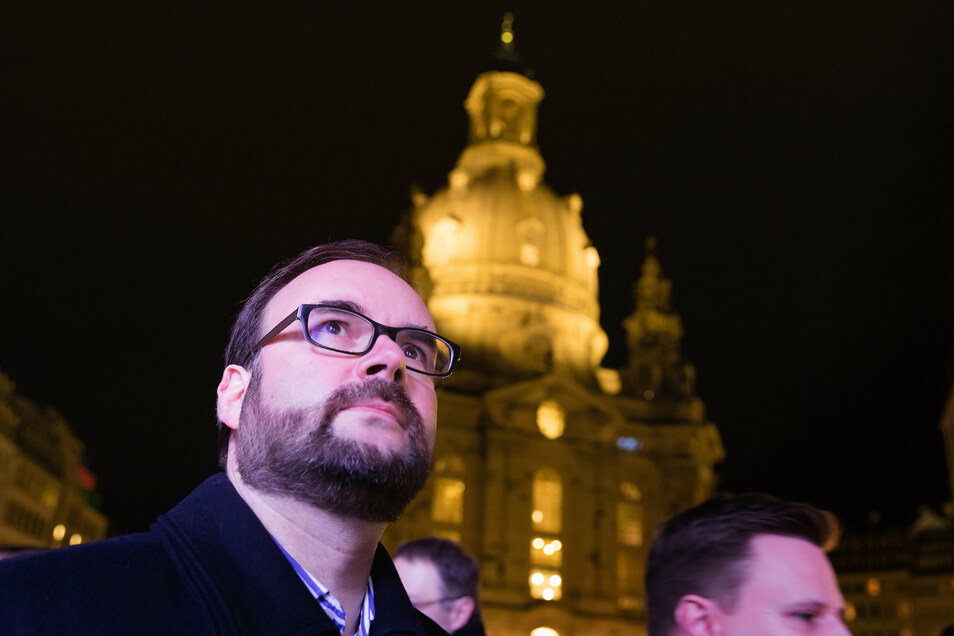 Christian Piwarz vor der Frauenkirche auf dem Neumarkt.