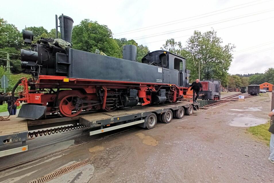 Die Ankunft der Lok im Sommer auf dem Bahnhofsgelände in Lohsdorf.