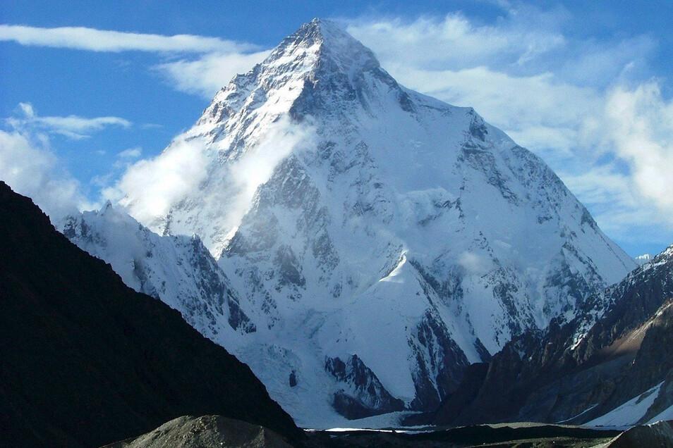Der schroff aufragende K2 im Karakorumgebirge in Kaschmir gilt unter Bergsteigern aufgrund seiner steilen Wände als schwierigster Achttausender. Er liegt an der indisch-pakistanisch Grenze.