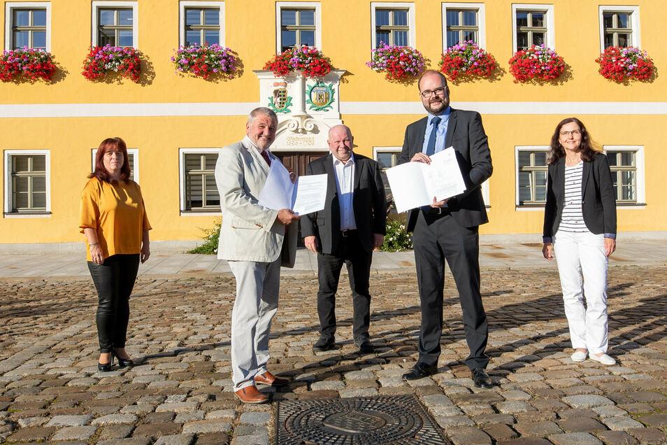 Fördermittelübergabe vor dem Rathaus in Neustadt mit Katrin Barowsky; Peter Mühle, Bürgermeister Klaus Anders; Kultusminister Christian Piwarz und Steffi Milantzkis (v.l.).