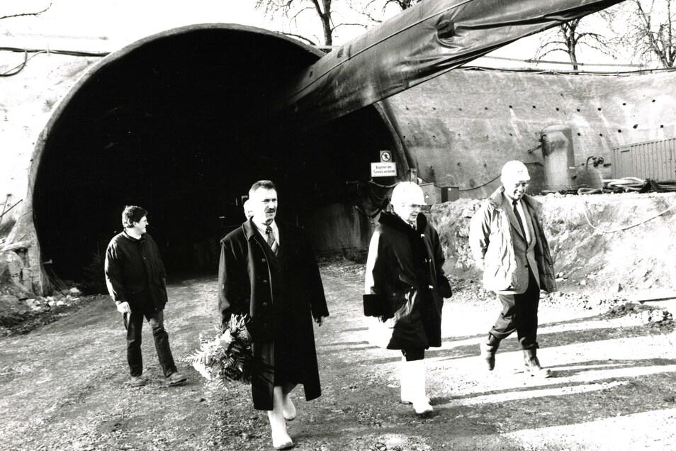 1996 besuchte Ingrid Biedenkopf den fast fertigen Königshainer Tunnel, für den sie Pate stand.