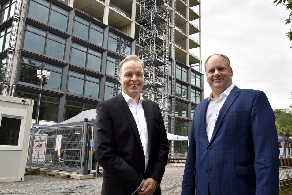 Frank Brinkmann, Geschäftsführer der SachenEnergie (li.) mit OB Dirk Hilbert vor dem Rohbau.
