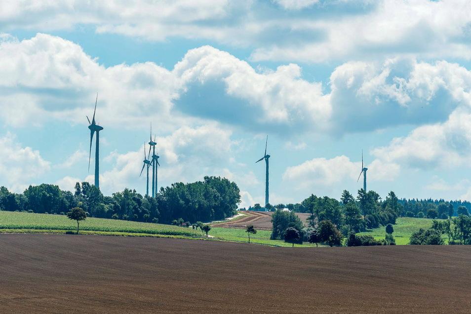 Windräder bei Hennersdorf. Künftig sollen die benachbarten Gemeinden wenigstens einen finanziellen Anteil an dieser Art der Stromgewinnung haben.