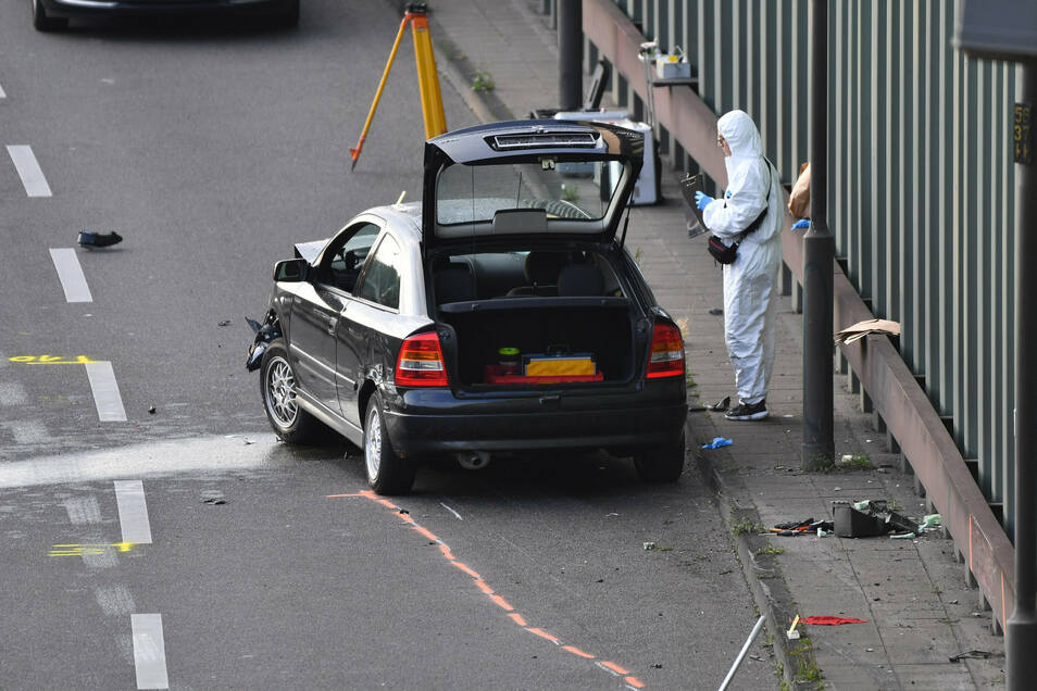 Ermittler arbeiten auf der Berliner Stadtautobahn A100 in Höhe der Ausfahrt Alboinstraße. Der Fahrer hatte nach drei Unfällen eine angebliche Kiste aus dem Auto auf die Straße gestellt.