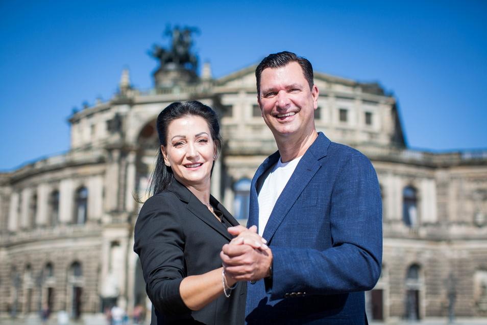 Die Tanzlehrer Sabine und Tassilo Lax empfangen am Freitag auf dem Theaterplatz den künftigen Ballnachwuchs.
