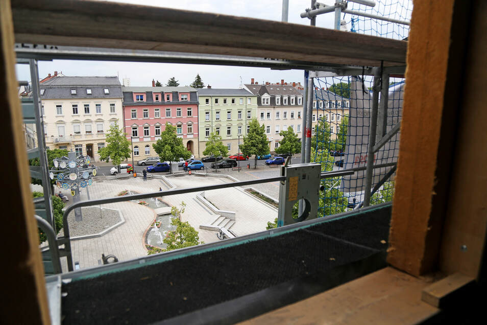 Der Ausblick aus einer der Wohnungen unterm Dach - auf den Rathausplatz samt Zunftbaum und Brunnenanlage.