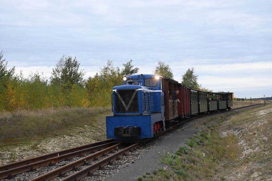 Der letzte planmäßige Sonderzug in der Fahrsaison 2019 erreicht am Sonnabendnachmittag den Endpunkt der Tonbahn am Schweren Berg.