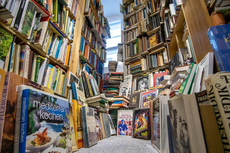 Gebrauchte Bücher können durchaus wertvoll sein. Doch derzeit sind in der Oberlausitz Betrüger unterwegs, die vor allem für Lexika-Sammlungen viel Geld versprechen - die Besitzer aber nur um selbiges bringen wollen.