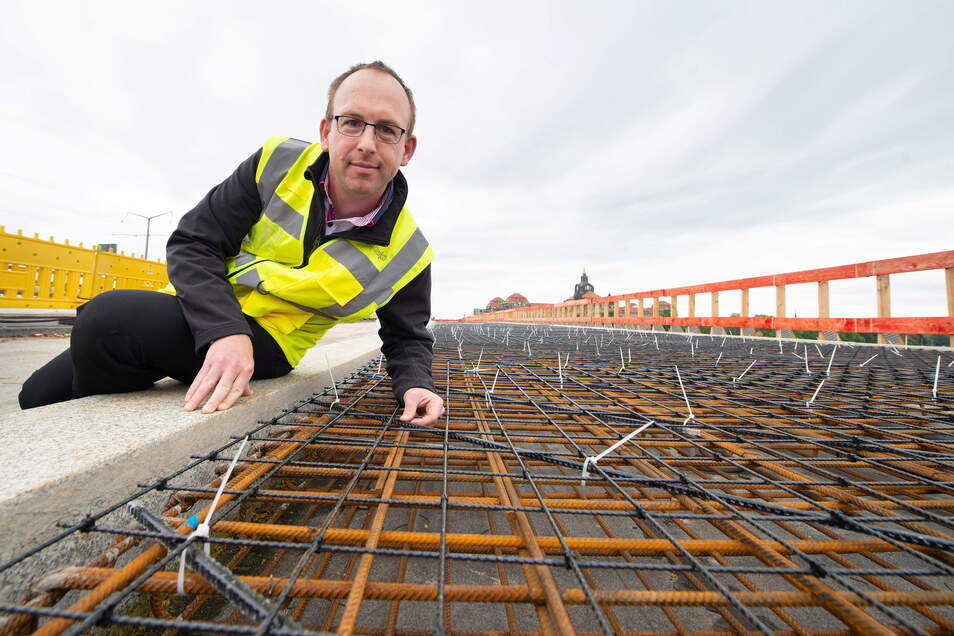 Brücken-Abteilungsleiter Andreas Gruner vom Straßenbauamt zeigte im September vergangenen Jahres die Basaltstäbe, die in den neuen Fußweg eingebaut sind. Er wurde im November freigeben.