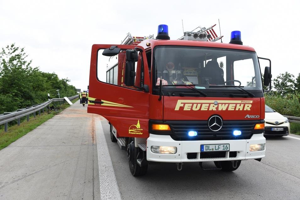 Die Feuerwehr Döbeln musste vor Ort ausgelaufene Betriebsmittel aufnehmen.
