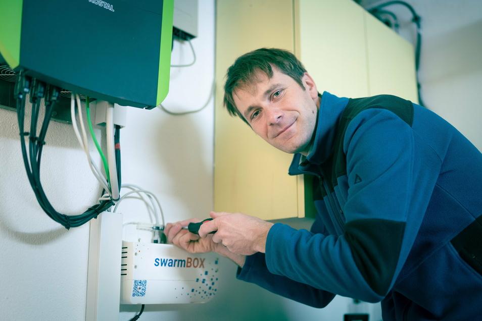 Jens Werner montiert eine Swarmbox im Keller eines Hauses.