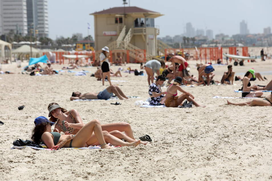 In Israel ist ein Wochenende am Strand wieder uneingeschränkt möglich: Je länger die Corona-Pandemie dauert, umso sehnlicher wünschen sich auch die Menschen in Deutschland ein Stück Normalität.