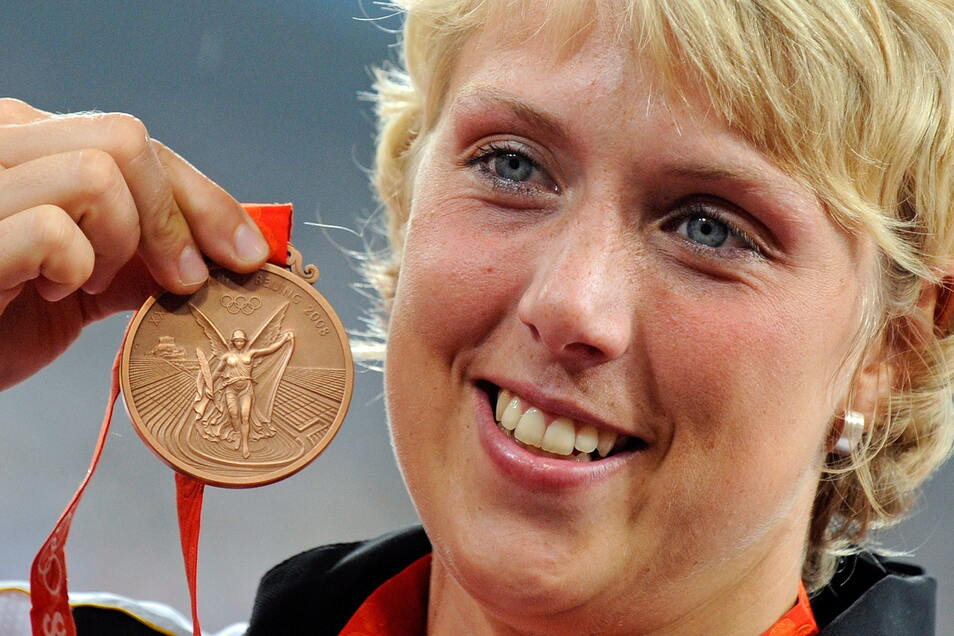 Christina Obergföll zeigt ihre Bronzemedaille im Speerwurf bei den Olympischen Spielen 2008. 2019 bekommt sie Silber.