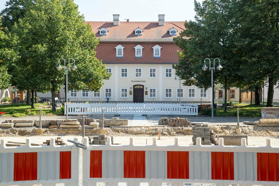 Die Baustelle am Zinzendorfplatz erregt die Gemüter. Besonders die Händler um den Platz leiden unter den Einschränkungen.
