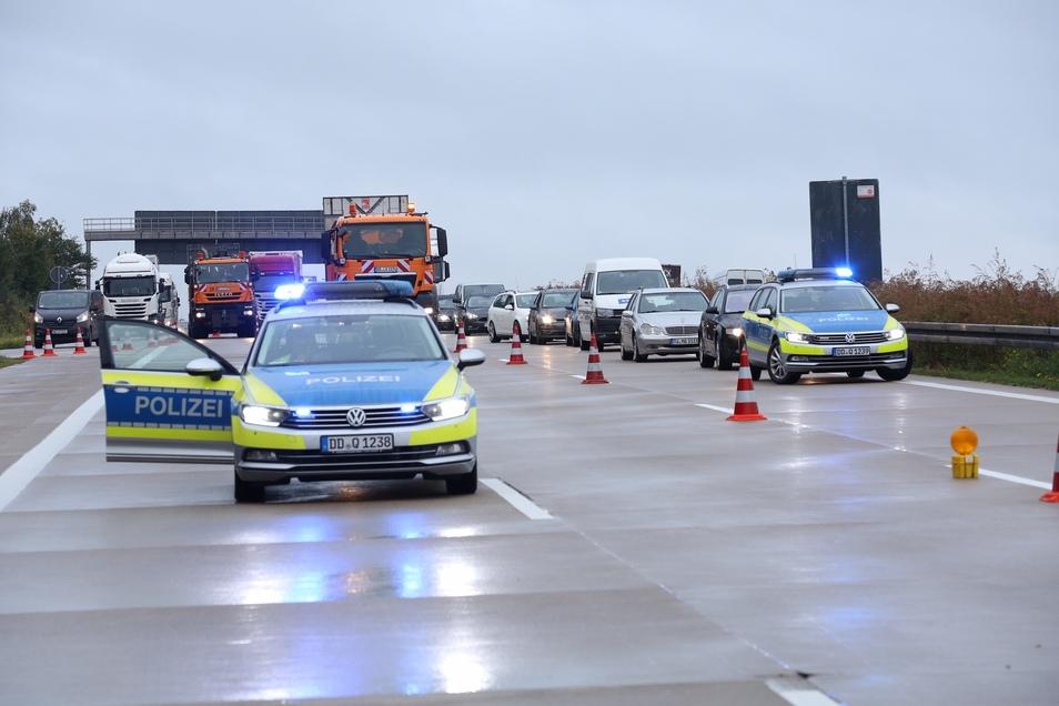 Bis 10 Uhr musste die Autobahn in Fahrtrichtung Dresden voll gesperrt werden. Während der Bergungs- und Räumarbeiten standen den Verkehrsteilnehmern zwei Spuren zur Verfügung.
