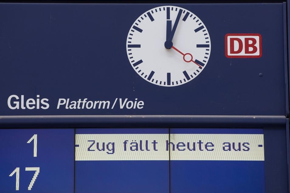 An vielen Bahnhöfen in Sachsen lief heute diese Anzeige über die Tafeln.