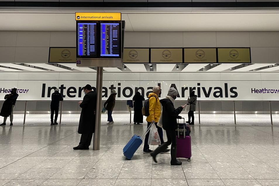 Passagiere gehen durch die Ankunftshalle von Terminal 5 am Londoner Flughafen Heathrow, nachdem sie in Großbritannien angekommen sind.