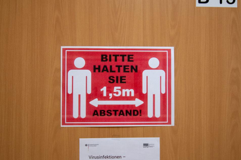 Abstand halten ist das Gebot der Stunde. Das gilt für Abschlussprüfungen wie hier in der Oberschule Waldheim genauso wie für Stadtratssitzungen.