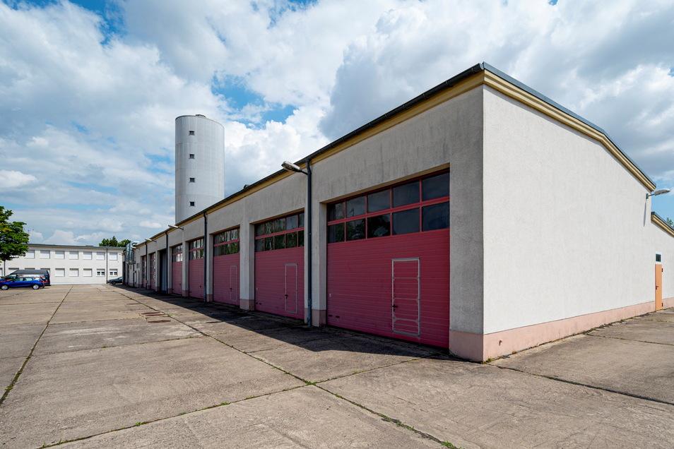 Hinter diesem Werkstatt- und Garagenkomplex im FTZ Glaubitz stehen weitere Garagen. Sie kommen weg.