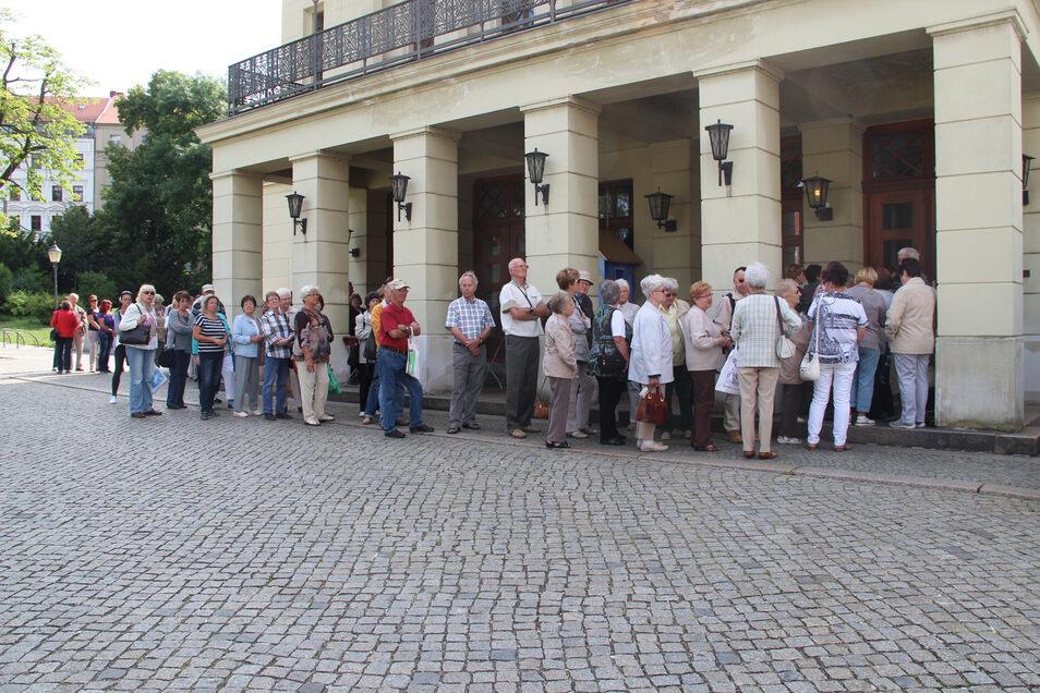 """Schlangen vorm Görlitzer Theater wie hier 2016 sind nicht ungewöhnlich beim Kartenvorverkauf. Anfang dieser Woche standen die Zuschauer bis zu zweieinhalb Stunden nach dem """"Abo Spezial 2020/21"""" an."""