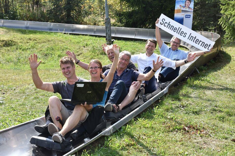 Teilnehmer an der Auftaktveranstaltung zum neuen Breitbandinternet über Kabel in Altenberg testen einmal die Sommerrodelbahn. Auch hier wird von jeder Abfahrt ein Foto übers Netz ver- schickt.