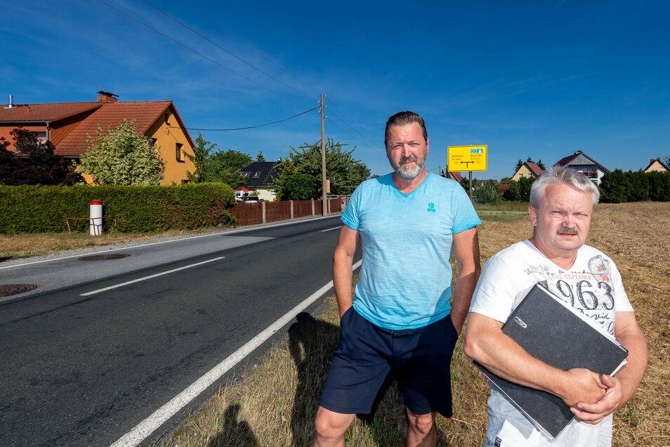 Olaf Nathe (l.) und Tino Gregor wohnen idyllisch an der Jeschützer Straße in Niedergurig. Bald könnte die Ruhe vorbei sein, denn hier soll die Umgehungsstraße entlangführen.