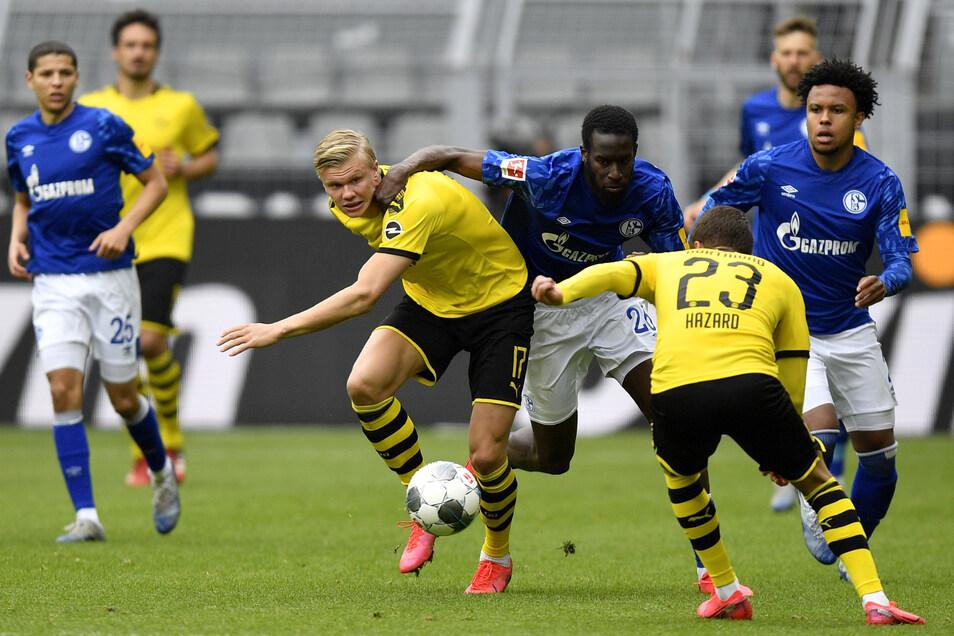 Schalke kann Dortmund nicht stoppen: Erling Haaland (l.) kämpft hier mit Salif Sane (2. v. l) um den Ball.