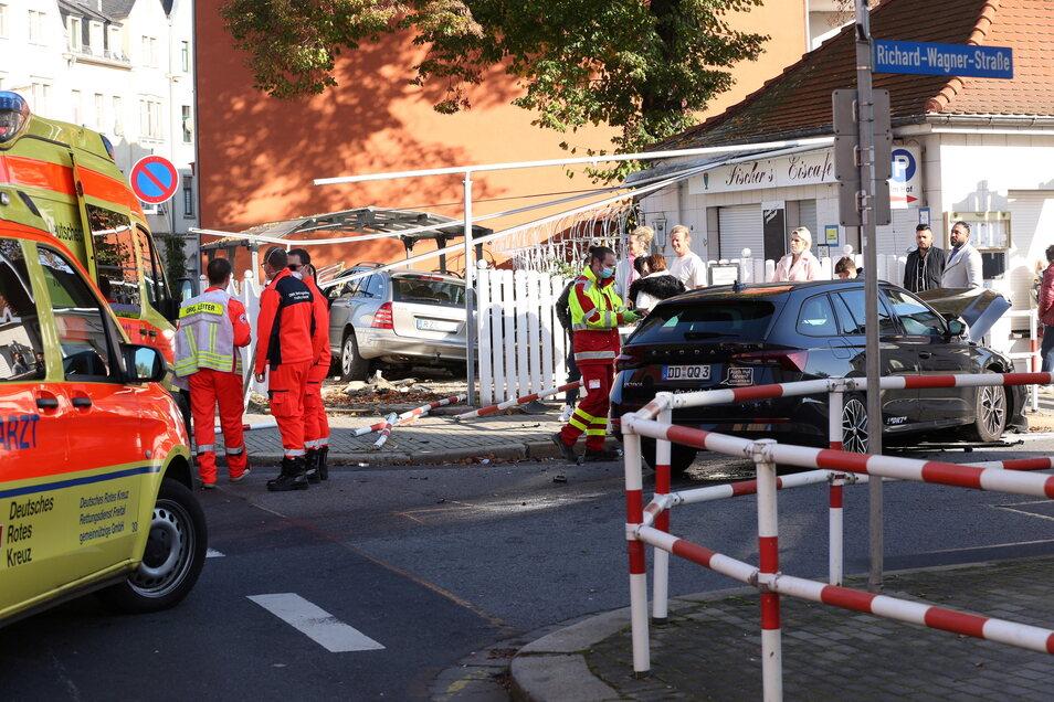 Ein Unfall von insgesamt 654 in Freital im vergangenen Jahr: Ein Auto raste ins Eiscafé Fischer.