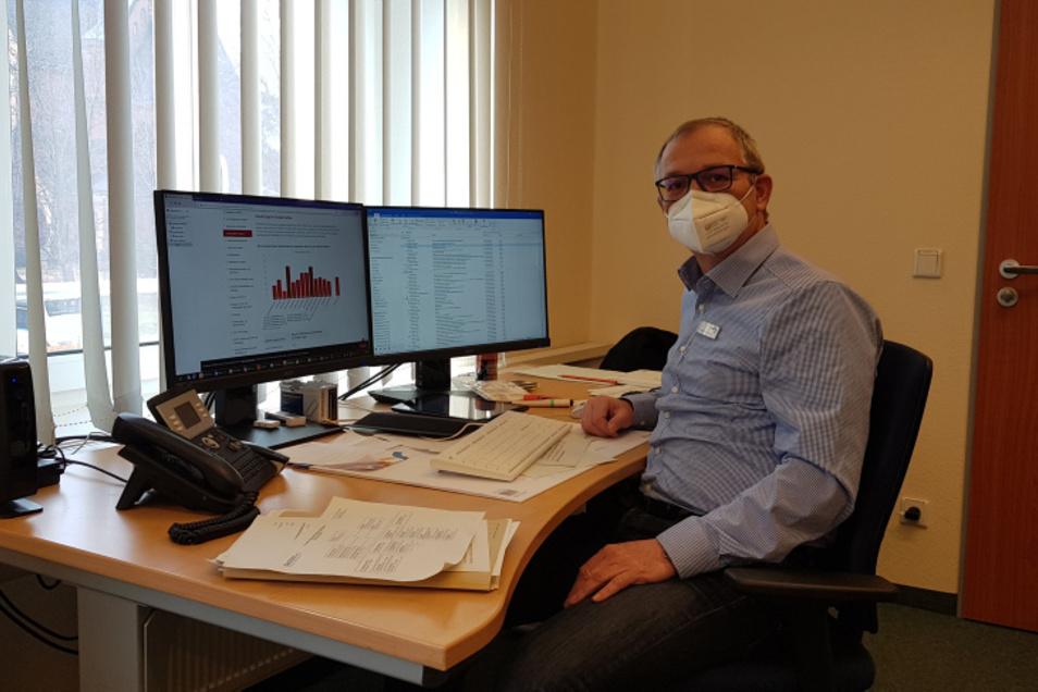 Sandro Fiebig an seinem Übergangs-Arbeitsplatz beim Gesundheitsamt.