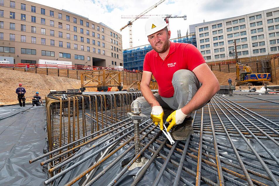 Die Baugrube der Annenhöfe ist ausgehoben. Eisenflechter Rafet Plojovic stellt derzeit mit seinen Kollegen die Stahlbewehrung für die Bodenplatte her.