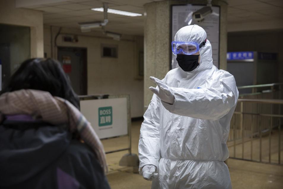 In China werden in U-Bahn-Stationen Fahrgäste kontrolliert.