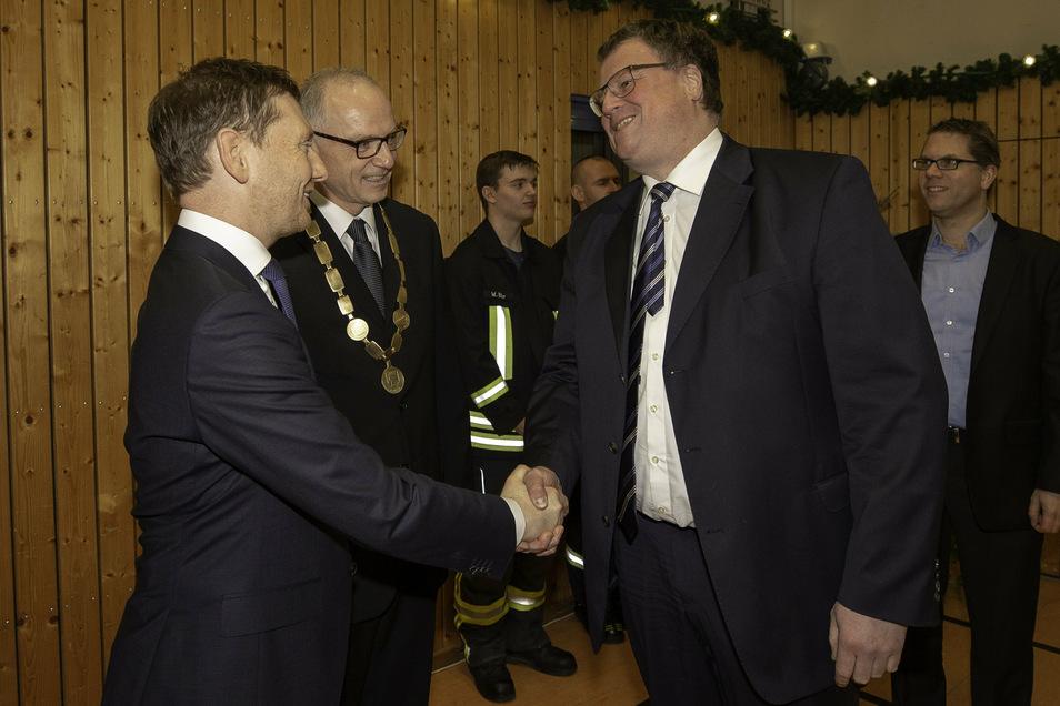 Sachsens Ministerpräsident Michael Kretschmer (CDU) begrüßt auf dem Neujahrsempfang der Stadt Sebnitz im Jahr 2019 den Asklepios-Manager Patrick Hilbrenner (rechts).