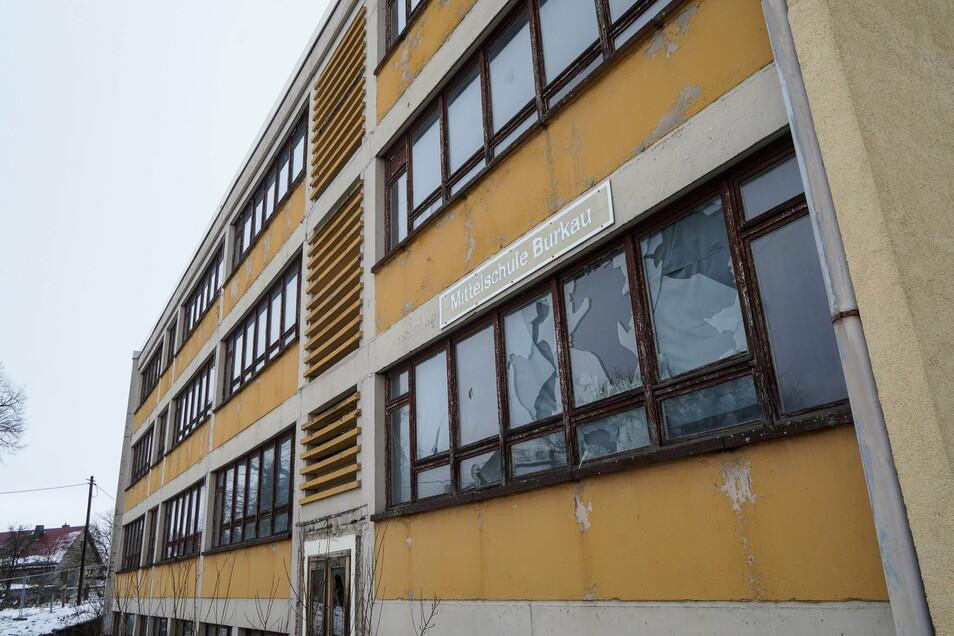 Das Gebäude der ehemaligen Mittelschule in Burkau soll abgerissen und durch einen Neubau ersetzt werden. Die Arbeiten haben am Montag im Inneren begonnen.