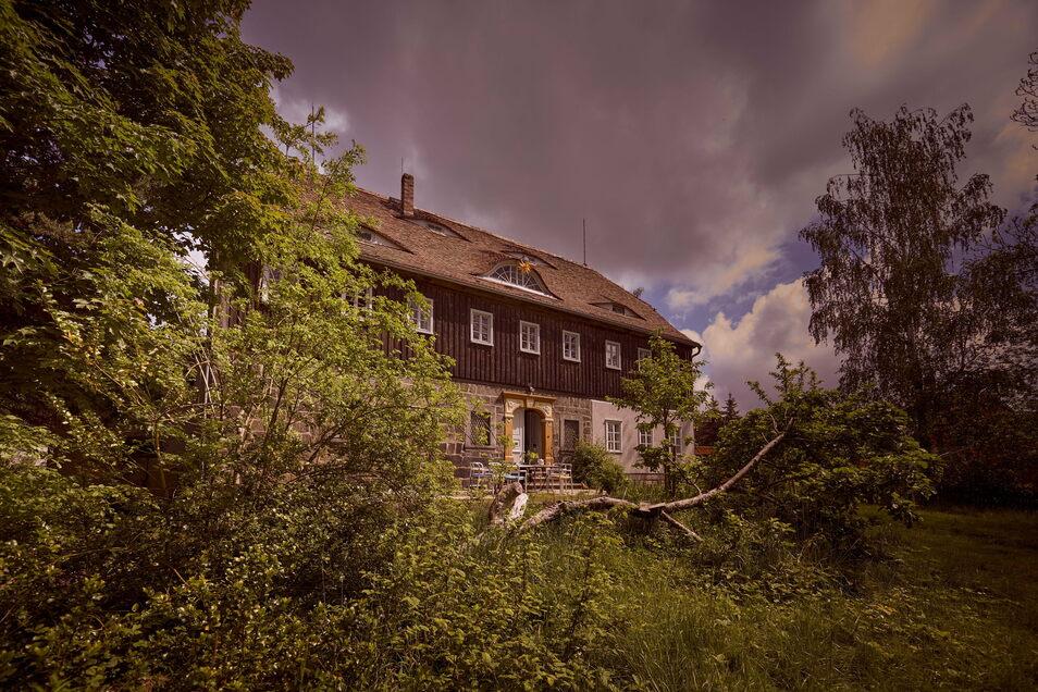 Das Haus thront etwas erhöht über der Hauptstraße und ist von einem Obstgarten umgeben.