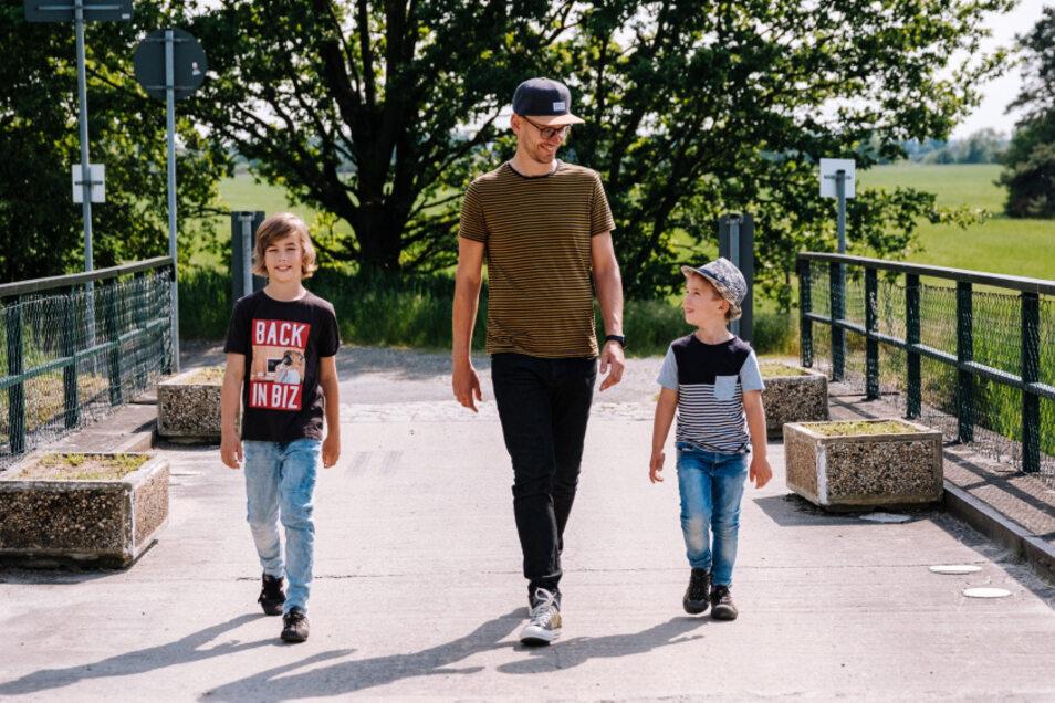 Johannes Schowtka mit seinen beiden Söhnen auf der Brücke über das Hoyerswerdaer Schwarzwasser am Rand von Zeißig.