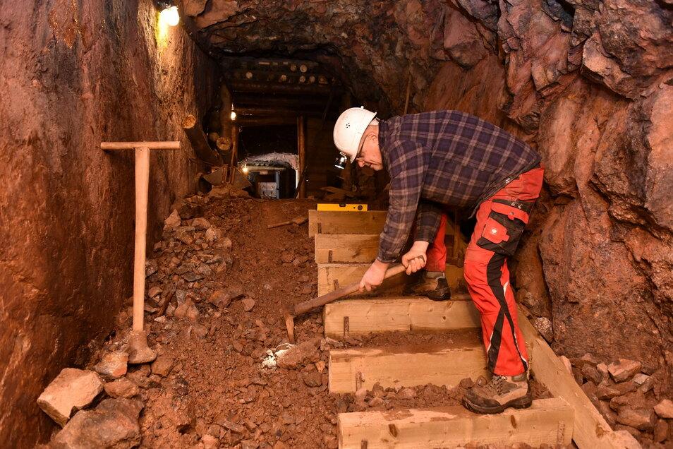 Mitarbeiter Andreas Fromm arbeitet im Altenberger Schaustollen an den neuen Stufen für diesen Steigort.